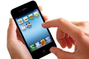 Nærbilde av en hånd som holder en smarttelefon.